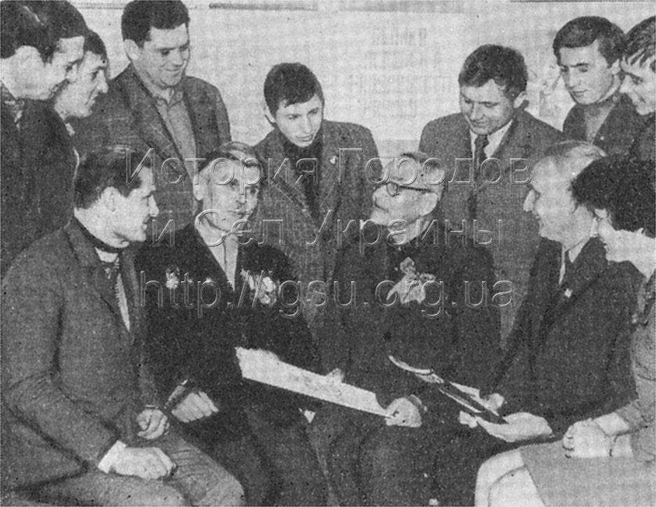Встреча жителей села Николаевки с земляком, участником гражданской и Великой Отечественной войн П. К. Хижняком (в первом ряду третий слева). 1975 г.