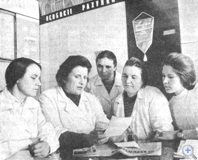 Делегат XXV съезда Компартии Украины А. М. Коваль (вторая слева) рассказывает о работе съезда. Крысино, 1976 г.