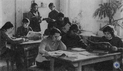 В читальном зале библиотеки отличной работы. Нижанковичи, 1976 г.
