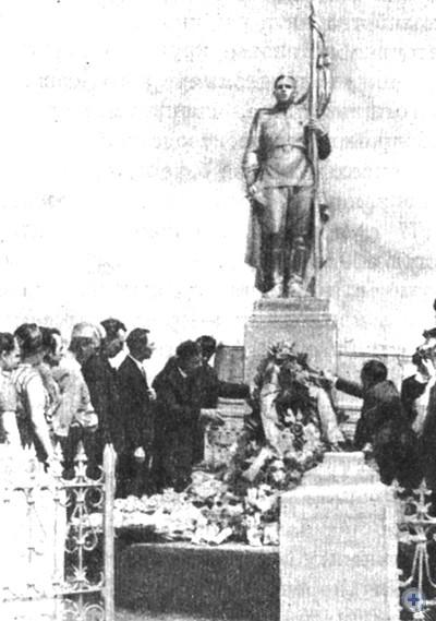 Освободители Молочанска возлагают венки на братскую могилу советских воинов, погибших при освобождении города в сентябре 1943 г. Молочанск, 1968 г.